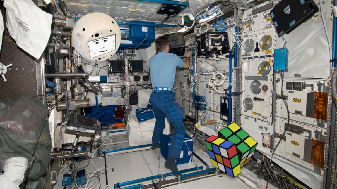 Portato sulla Stazione Spaziale Internazionale su un vettore SpaceX, CIMON ha l'obiettivo di aiutare gli astronauti a svolgere degli esperimenti, e costituisce un primo passo verso un assistente virtuale per i viaggi con equipaggio nello spazio profondo.