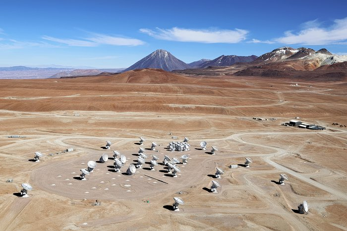 Una delle prime immagini delle antenne di ALMA sull'altopiano Chajnantor. Credits: ESO