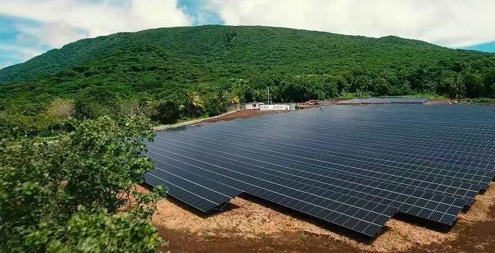 L'impianto di 5328 pannelli fotovoltaici che alimenta un'isola delle Samoe Americane con 1,4 Mega Watt. Crediti: SolarCity.