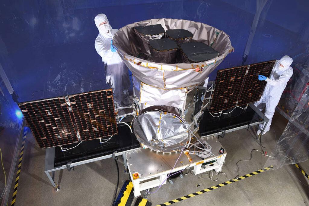 Fase preparatoria di TESS, cacciatore di esopianeti. Crediti: NASA.