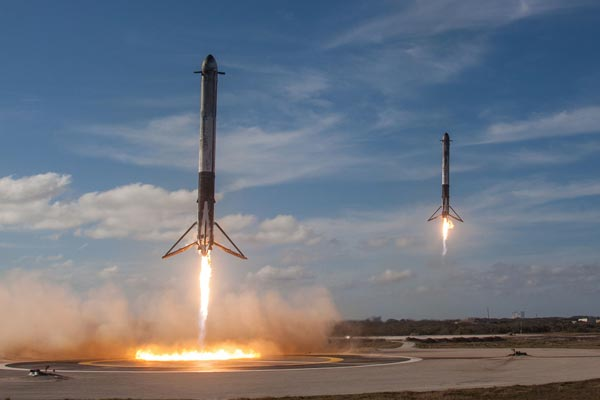 Vettori Falcon9 SpaceX. La compagnia sarà incaricata nel lancio dei 2 moduli per il Lunar Gateway. Crediti: SpaceX.