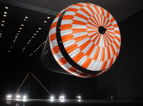 Il paracadute di Perseverance durante una fase di testing. Crediti: NASA/JPL