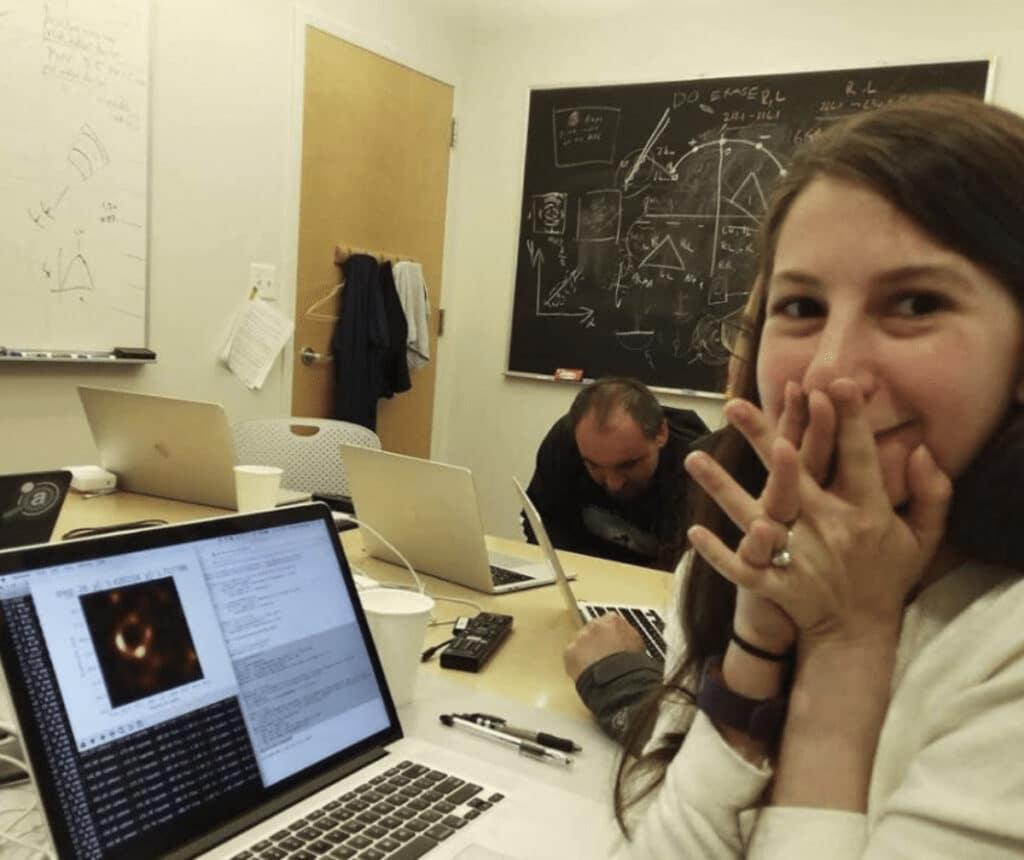 Arrivano nuove notevoli immagini del buco nero M87*. Il buco nero e il campo magnetico definito dalla polarizzazione della luce.