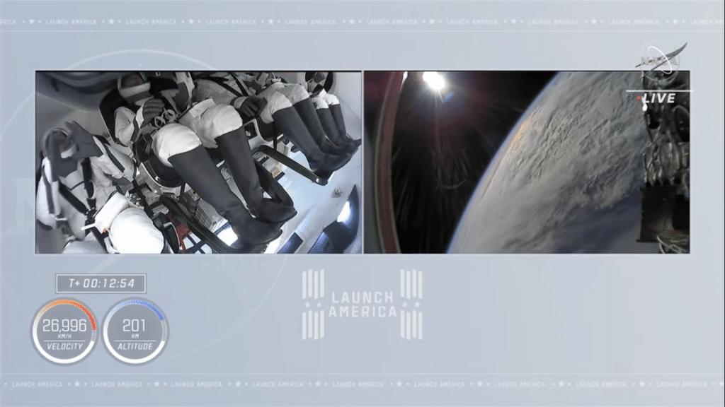 L'equipaggio si mostra a proprio agio pochi istanti dopo l'undocking della capsula Dragon. Crediti: NASA YT channel.