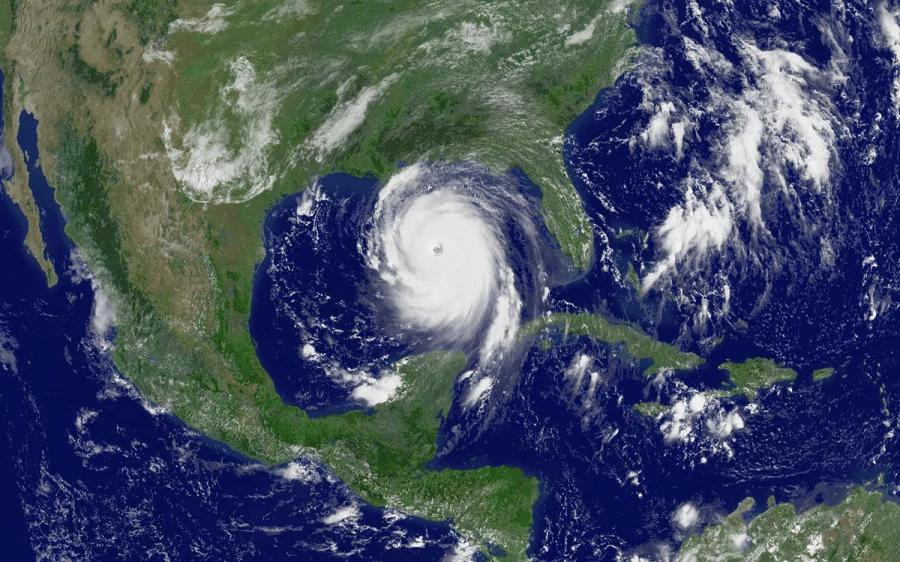Uragano Katrina (sistema di depressione tropicale) abbattutosi nell'Atlantico, caratterizzato da una rotazione oraria determinata dall'effetto Coriolis.