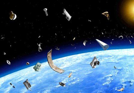 Come può avvenire il rientro dei detriti spaziali in atmosfera?