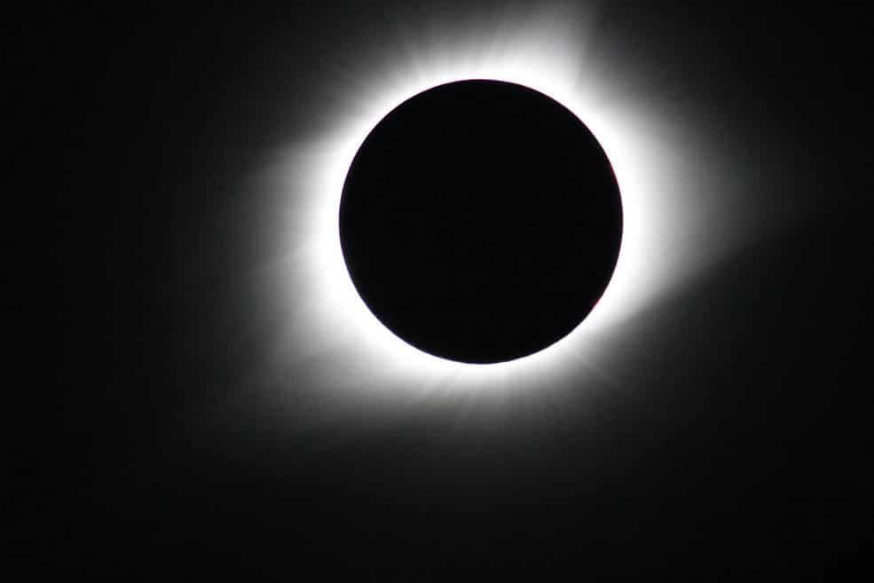 Sole atmosfera superficie. Fenomeno di eclissi solare totale del 21 Agosto 2017 osservato dall'Oregon. Ciò che conosciamo circa la corona solare è strettamente collegato alla storia delle eclissi solari. Crediti: NASA's Goddard Space Flight Center/Gopalswamy