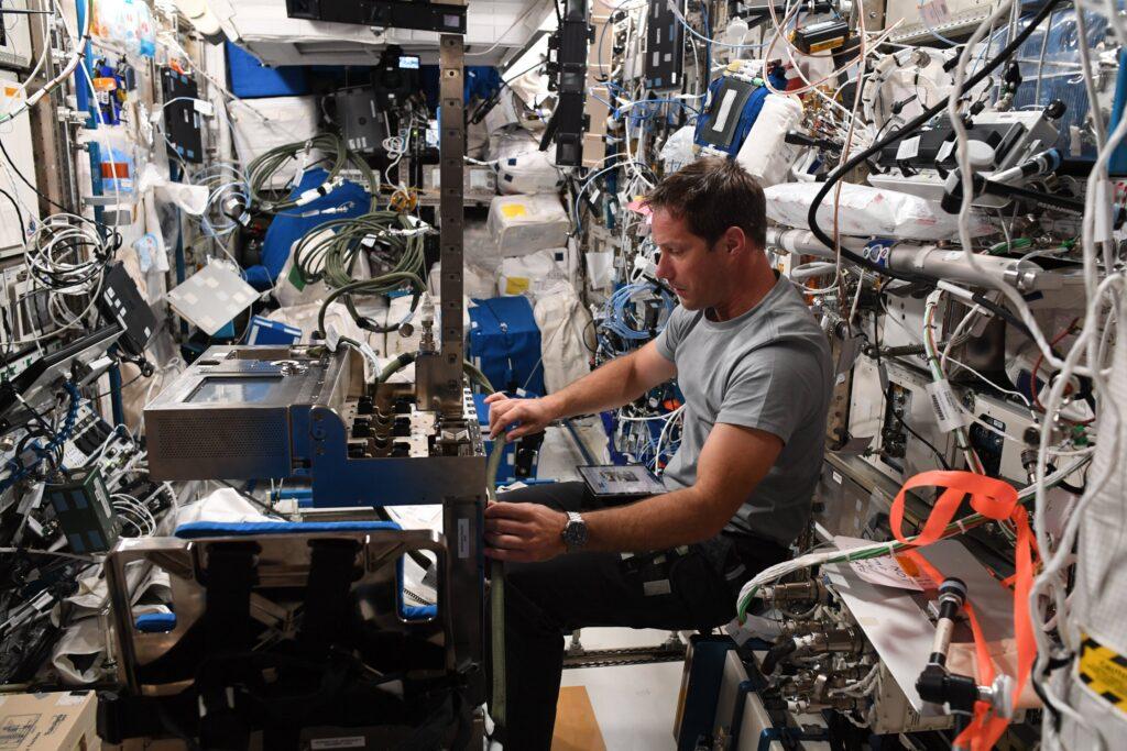 Pesquet all'opera con la preparazione delle apparecchiature per l'attività GRIP, uno degli esperimenti scientifici condotti a bordo della ISS. Crediti: NASA/ESA