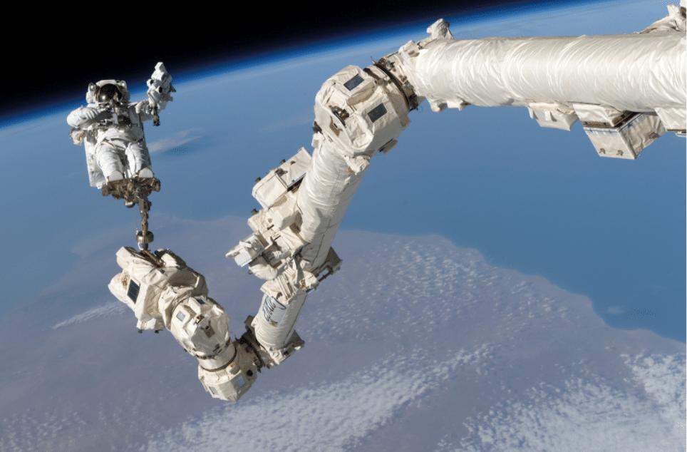 braccio robotico iss detrito spaziale