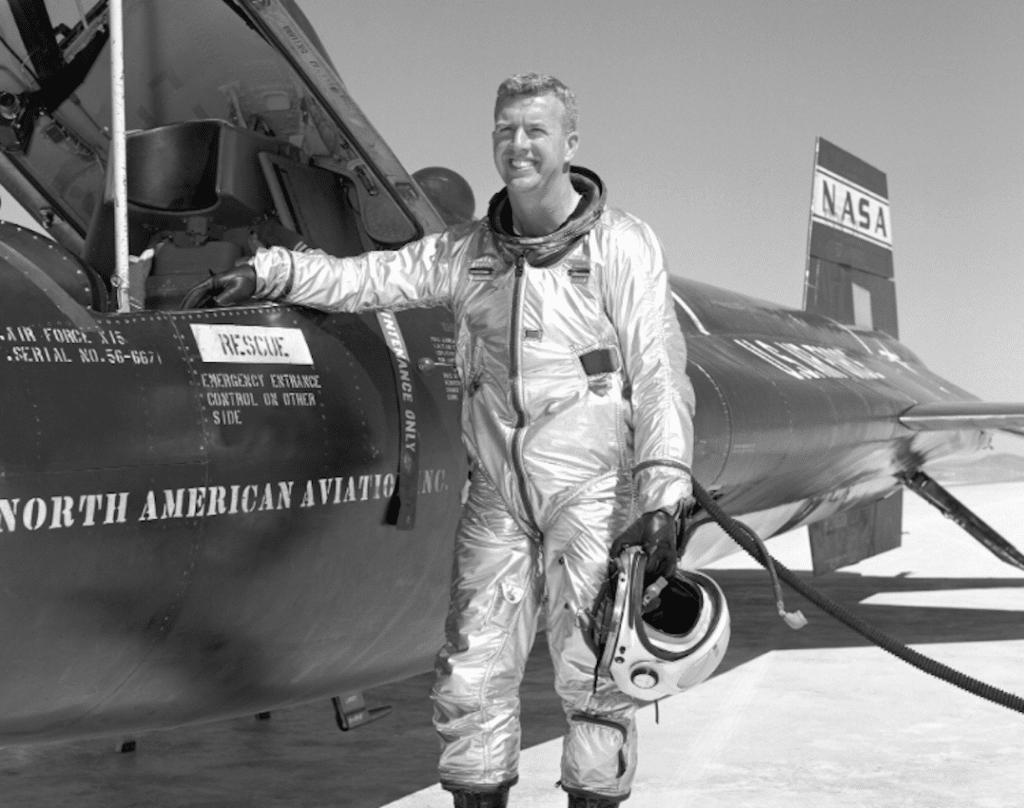 Joseph Walker di fianco al North American X-15 su cui ha volato per ben 25 volte. E' lui il primo uomo a raggiungere lo spazio per 2 volte consecutive. Crediti: NASA.
