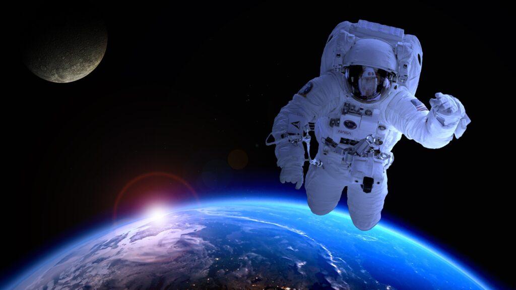 Astronauta con la sua tuta spaziale, indispensabile come supporto vitale per un essere umano nello spazio. bagno da 23 milioni sulla iss