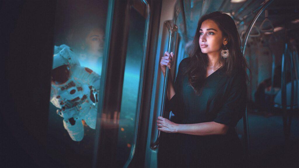 Donna in un treno con un astronauta all'esterno. bagno da 23 milioni sulla iss