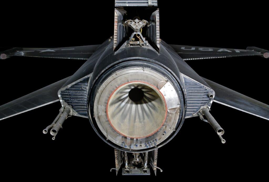 Vista posteriore del North American X-15, è possibile osservare in dettaglio l'ugello di uscita del Reaction Motor X-99, gli scarichi di uscita per le operazioni di jettison del propellente, la particolare geometria della trave di coda. Crediti: Smithsonian NASM.