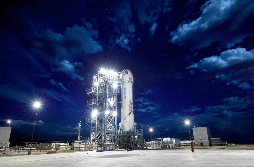 La New Shepard pronta sulla piattaforma di lancio per un test del 2018. Crediti: Blue Origin.