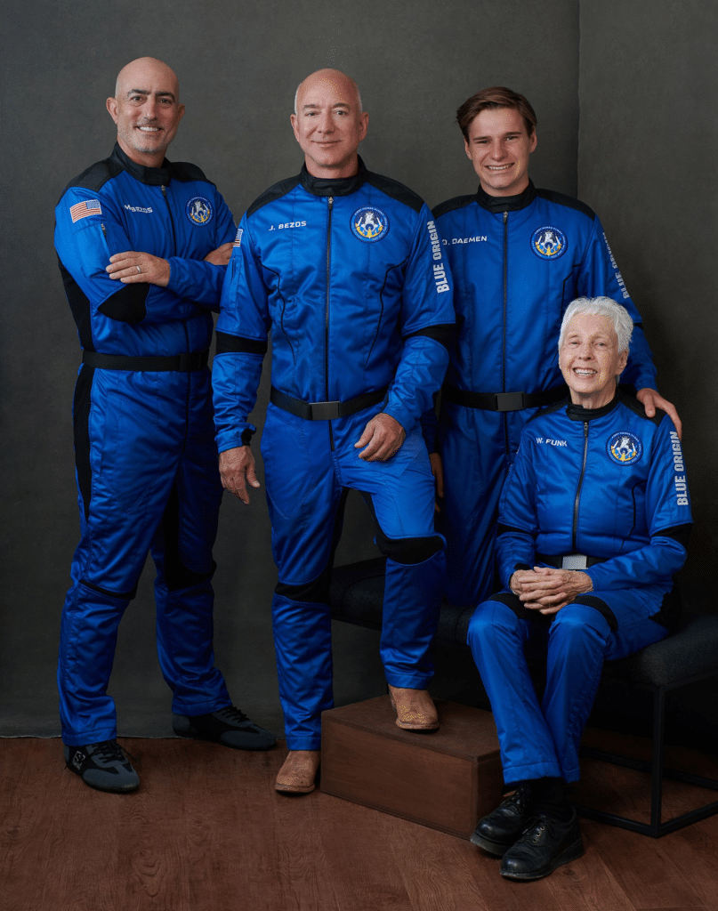 L'equipaggio del lancio mediante New Shepard di Blue Origin. Da sinistra a destra: Mark e Jeff Bezos, il 18enne Oliver Daemen, l'aviatrice Wally Funk. Crediti: Blue Origin.