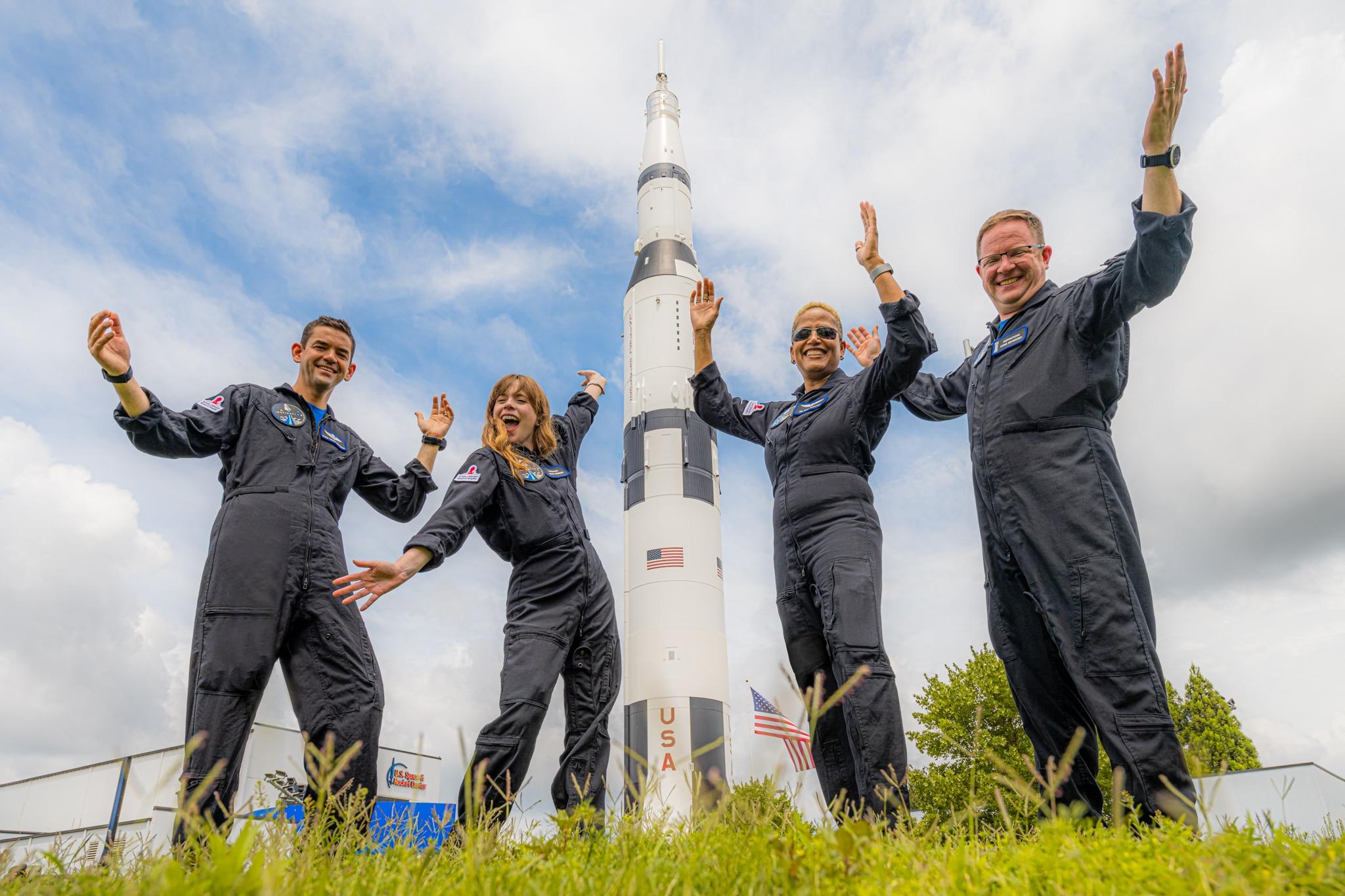 L'equipaggio della missione Inspiration4 di SpaceX in visita allo Space Camp in Alabama. Il lancio sarà documentato da Netflix. Crediti: Inspiration4 / John Kraus.