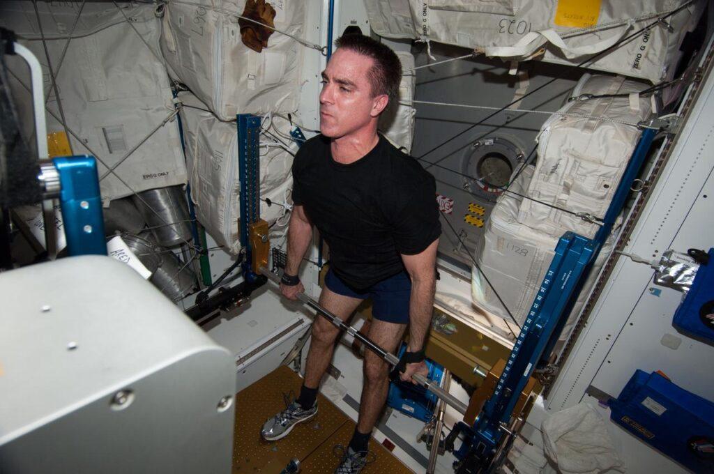 Perché e come si allenano gli astronauti nello spazio? La palestra spaziale sulla ISS è adattata per poter simulare i pesi in microgravità.
