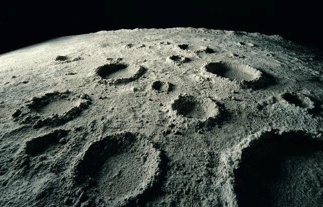 Immagine ravvicinata della superficie lunare con i caratteristici crateri.